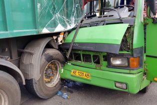 Водитель потерял сознание: полиция назвала причину ДТП с автобусом и грузовиком в Каменском