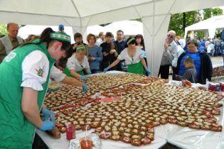 В Виннице приготовили гигантский бутерброд с салом