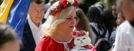 Искренние улыбки и нарядно одетые котики. В Киеве состоялся яркий Мегамарш вышиванок