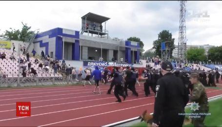 В Черкассах футбольные фанаты подрались с полицией