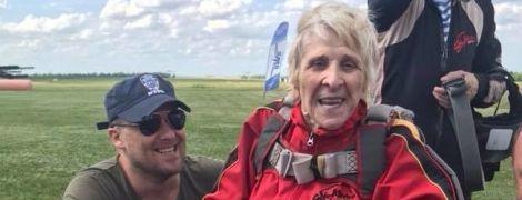 """""""Повні штани радості"""". На Дніпропетровщині 71-річна бабуся на візку стрибнула з парашутом"""
