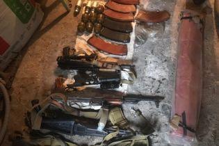 На Донеччині виявили схрон із автоматами Калашникова, гранатометами та гранатами