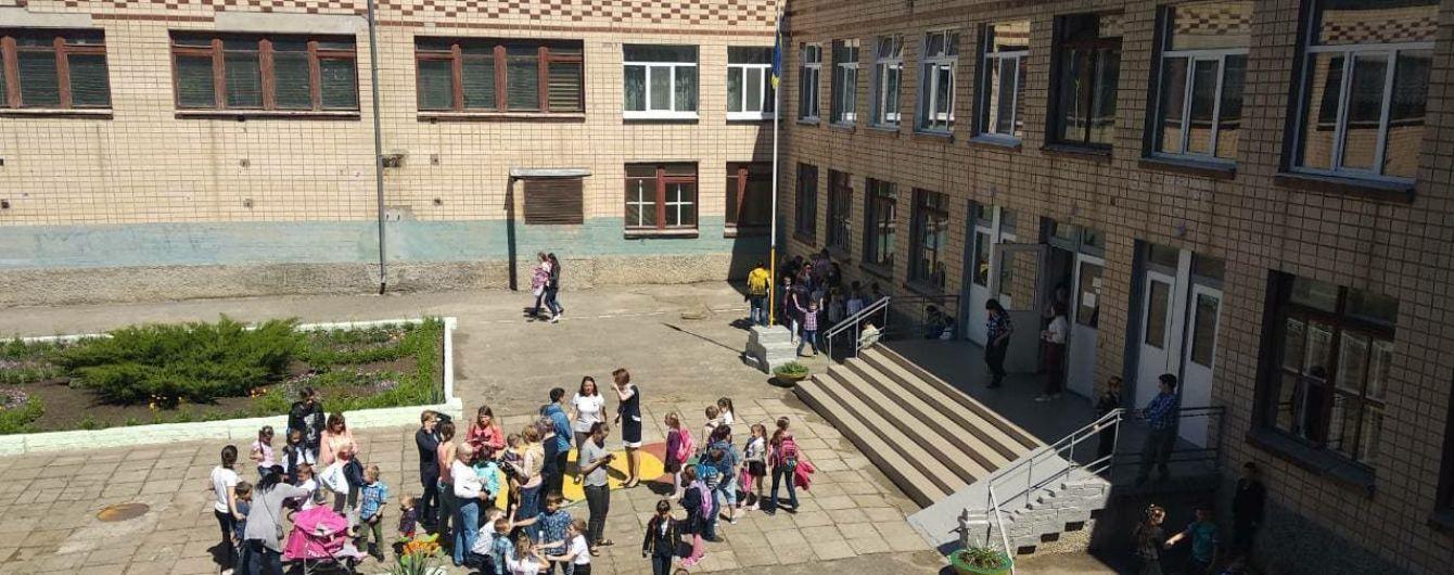 У Миколаєві через розпорошення невідомої речовини зі школи евакуювали сотні дітей