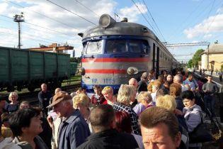 Разъяренные пассажиры в очередной раз перекрыли железную дорогу во Львове