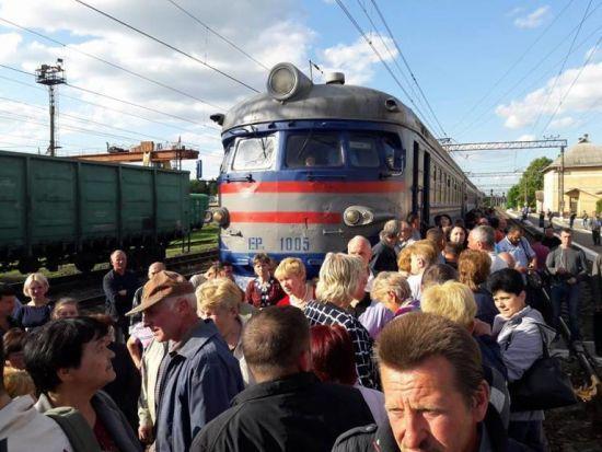 Розлючені пасажири вчергове перекрили залізницю у Львові