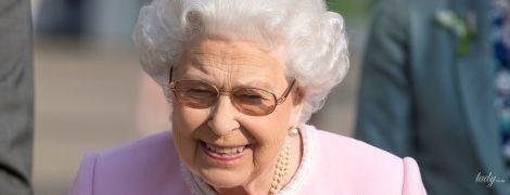 Выглядит лучше, чем на свадьбе: королева Елизавета II посетила цветочную выставку