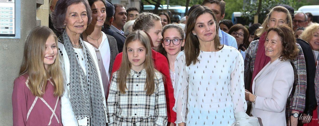 Сменила лодочки на лаковые балетки: королева Летиция со свекровью и дочками сходила в театр