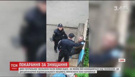 В Сумах уволили двух патрульных из-за издевательства над мужчиной