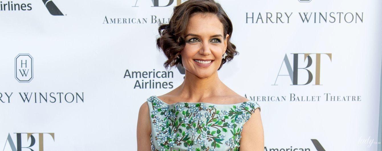 В красивом платье и с улыбкой: сияющая Кэти Холмс на красной дорожке