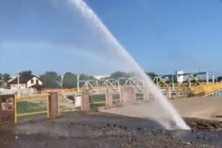 В Кропивницком несколько часов фонтанировал прорыв трубы на набережной