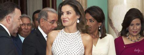 """В """"гороховом"""" платье и с обнаженными плечами: роскошная королева Летиция в Доминикане"""
