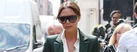 В стильном брючном костюме: Викторию Бекхэм подловили папарацци на пути в бутик