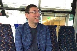 Пресс-служба генпрокурора потролила в соцсетях его оппонентов фотографией шефа из аэропорта