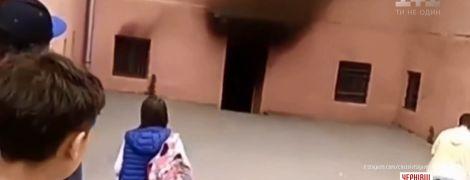 У Чернівцях під час уроків спалахнула школа з 200 дітьми