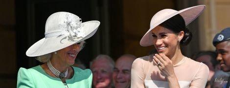 Отлично поладили: женственная герцогиня Корнуольская и элегантная герцогиня Сассекская на вечеринке в Букингемском саду