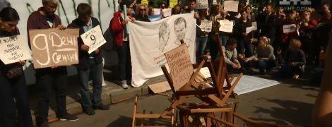Активисты на Банковой разбили стулья из-за Сенцова
