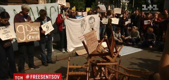 Активісти на Банковій потрощили стільці через Сенцова