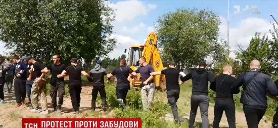 Конфлікт у Вишневому: місцеві жителі завалили паркан забудови і перекрили дорогу