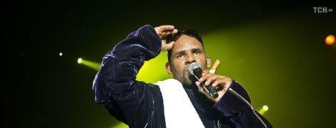 Известного американского певца обвинили в изнасиловании
