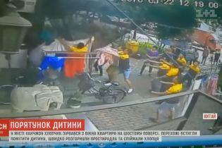 В Китае сняли на видео чудесное спасение ребенка, который выпал с 6 этажа