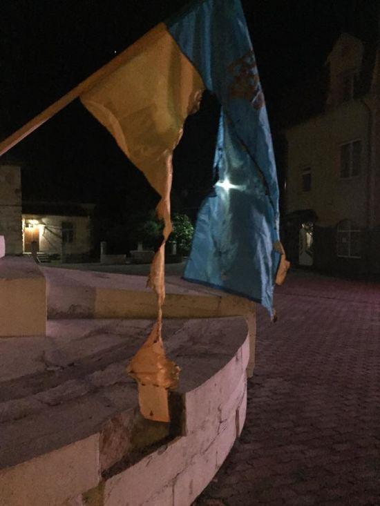 На Львівщині спалили прапори України