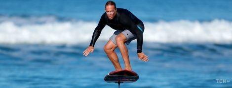 Полет над волнами. Reuters опубликовало зрелищные фото катание фойлбордеров в США