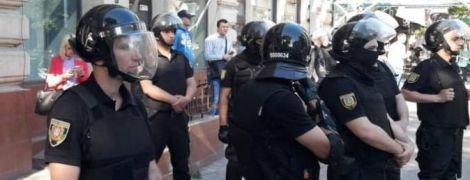 """В центре Одессы """"криптовалютчики"""" забросали яйцами и петардами офис активистов"""