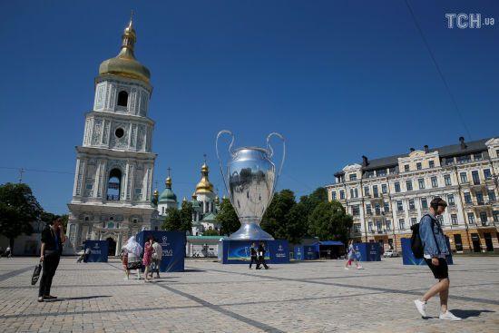У центрі Києва встановили велетенський трофей Ліги чемпіонів