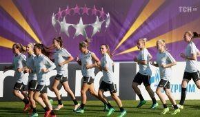 """Дівчата на полі. """"Вольфсбург"""" і """"Ліон"""" розім'ялися на стадіоні Лобановського перед фіналом Ліги чемпіонів"""