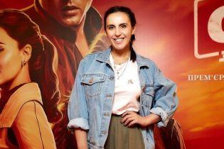 """В джинсовой куртке и брюках-палаццо: стильная Джамала на премьере """"Звездных войн"""""""