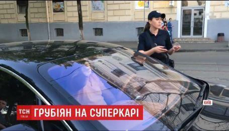 """В столице водитель """"Бентли"""" припарковался на пешеходном переходе и обругал полицейских"""