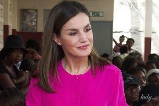 В рубашке цвета фуксии: яркая королева Летиция встретилась с местными жителями на Гаити
