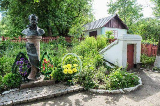 У рідному селі Чорновола розбили пам'ятник і вкрали погруддя політика