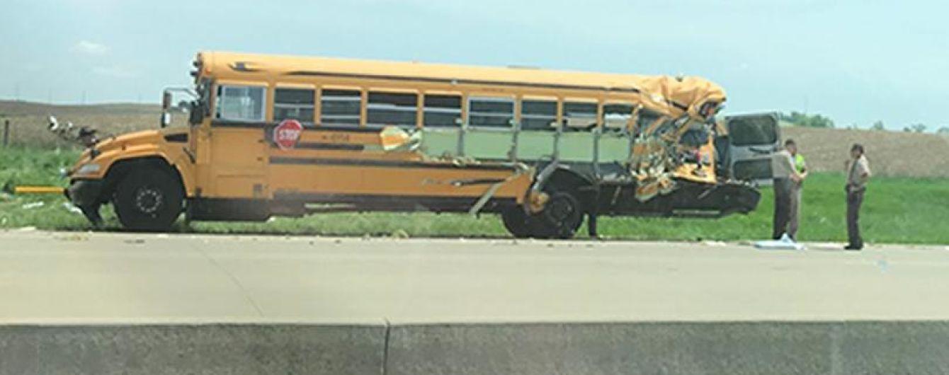 У США вантажівка врізалась у автобус дітьми: 20 постраждалих