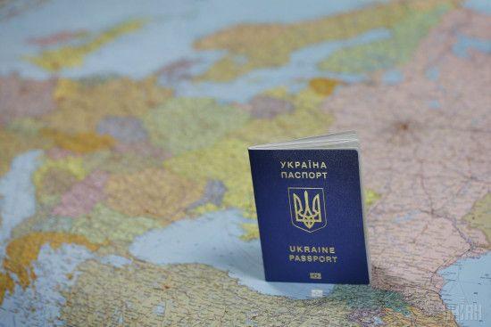 """Україну назвали найуспішнішим """"альпіністом"""" у рейтингу цінності паспортів"""