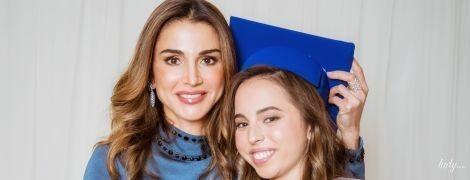 В красивом синем платье: королева Рания на выпускном дочери
