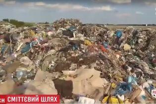 На Ровенщине неизвестные выгрузили семь фур львовского мусора
