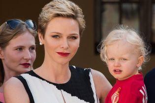Очаровательный блондин: трехлетний сын княгини Шарлин очаровал всех