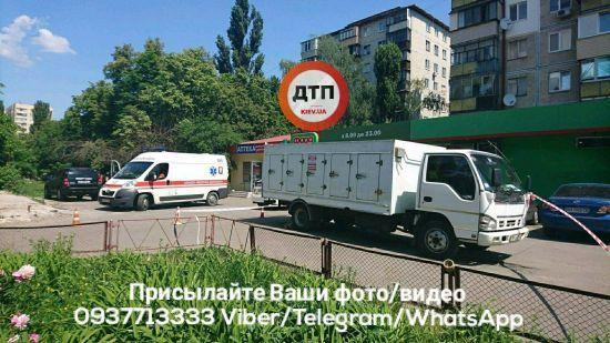 У Києві вантажівка розчавила бабусю, яка виходила з магазину