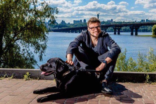 """Зірка каналу """"1+1"""" Єгор Гордєєв шукає господаря для цуценя лабрадора"""