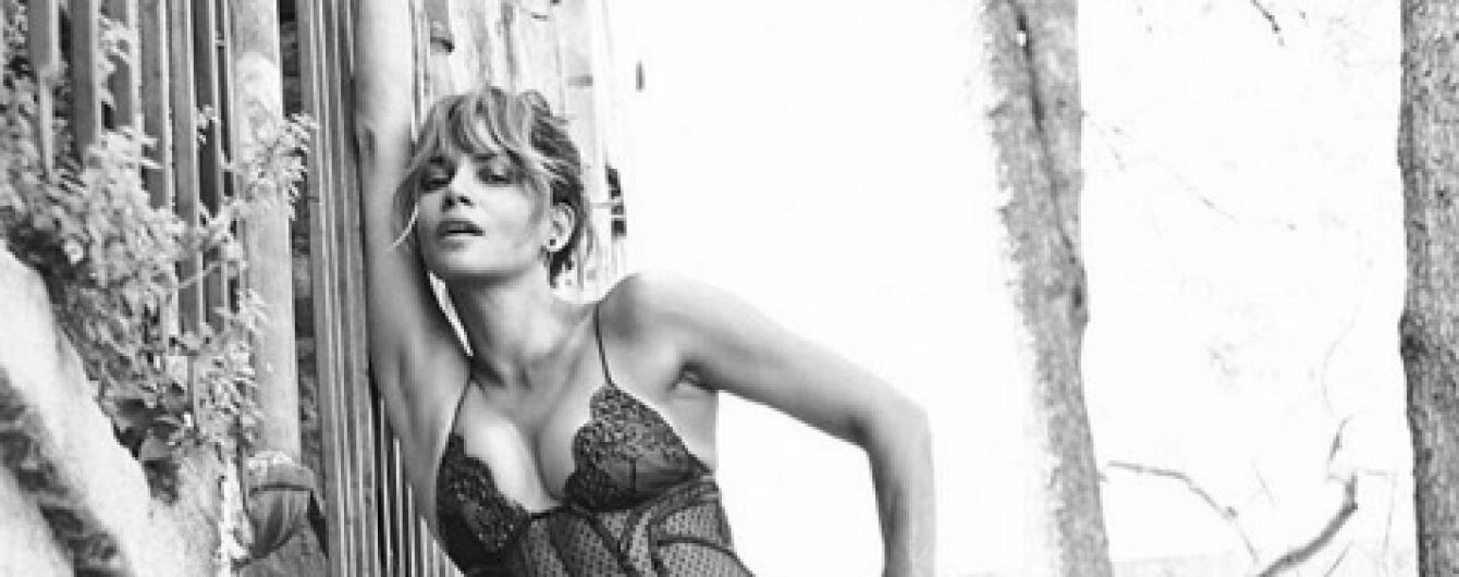 Выглядит сногсшибательно: 51-летняя Холли Берри позировала в прозрачном пеньюаре