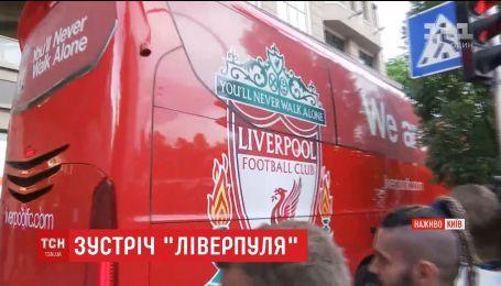 """Без розмов і з охороною: гравці """"Ліверпуля"""" прилетіли в Україну"""