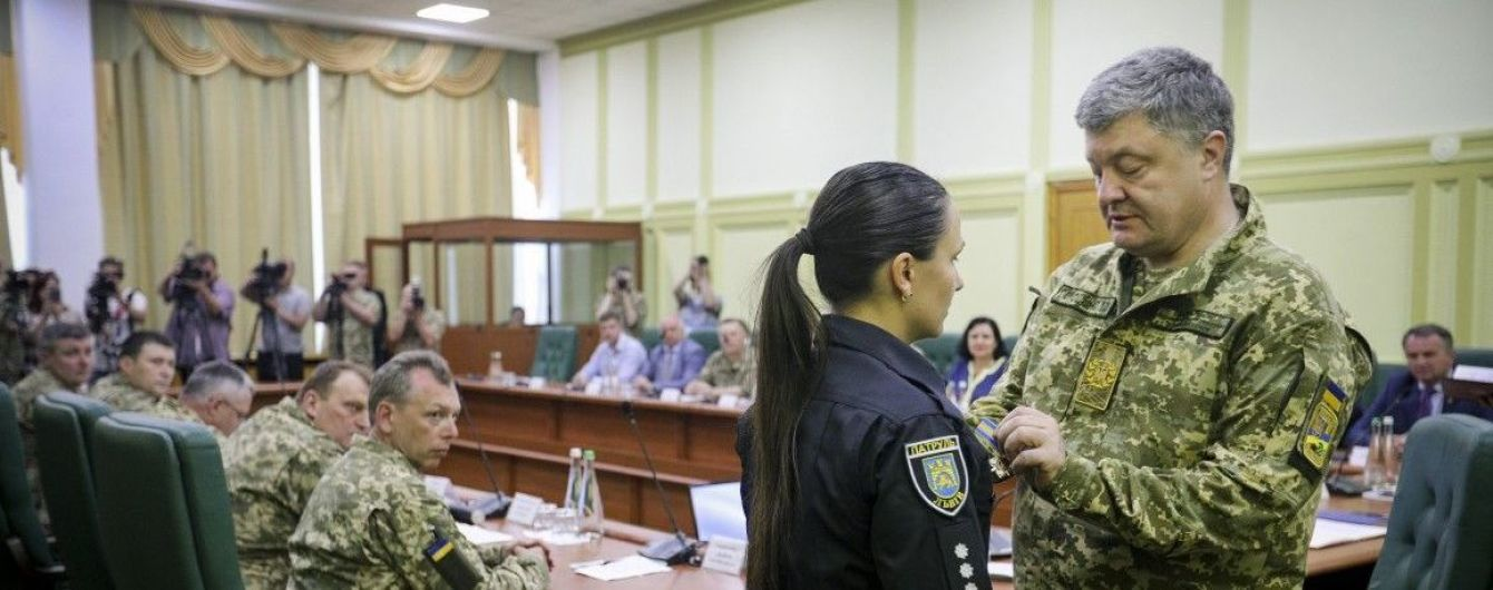 Порошенко нагородив львівську патрульну, яку поранив в живіт учасник ДТП
