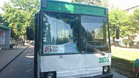 У Дніпрі тролейбус без гальм протаранив маршрутку на зупинці, є постраждалі