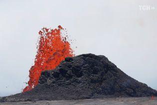 Небезпечна краса. Лава з гавайського вулкана підійшла до океану