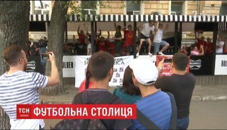 Иностранные фанаты в Киеве собираются компаниями и веселятся