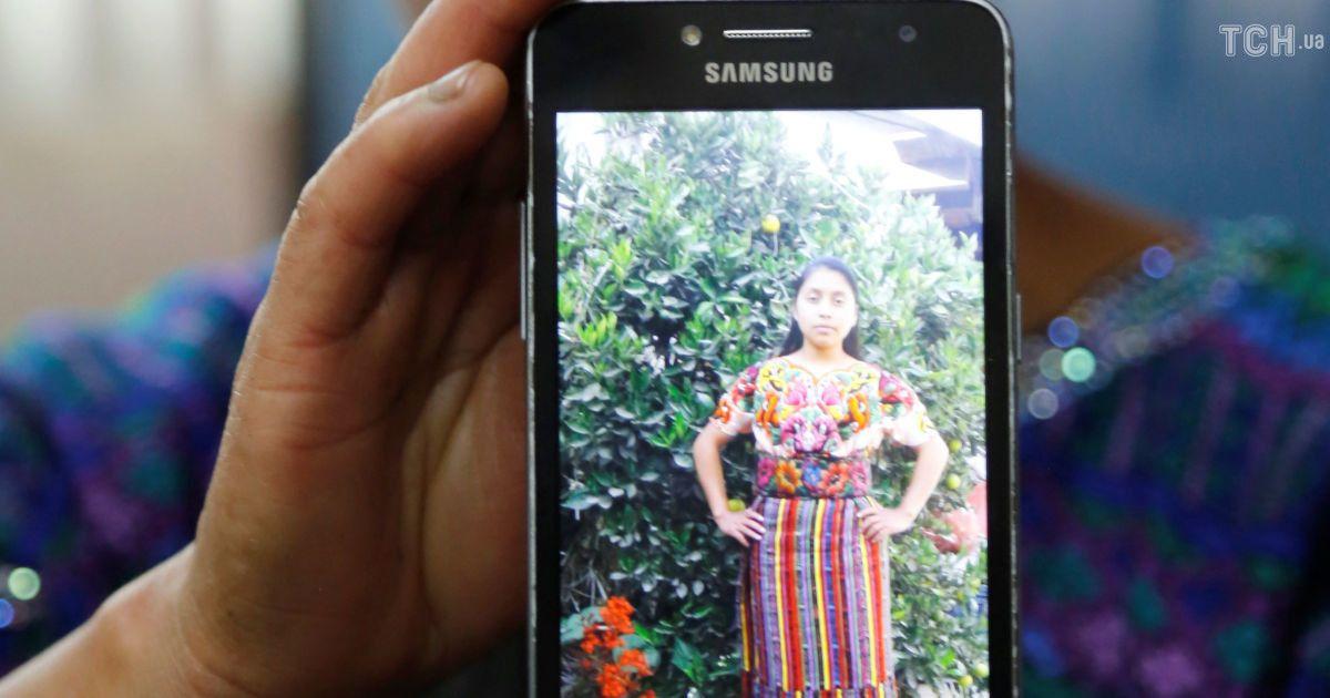 Родственники погибшей женщины во время пресс-конференции в Гватемале.