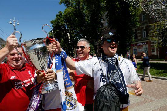 """Хрещатик """"кипить"""": фанати """"Реала"""" і """"Ліверпуля"""" розминають горлянки перед фіналом Ліги чемпіонів"""
