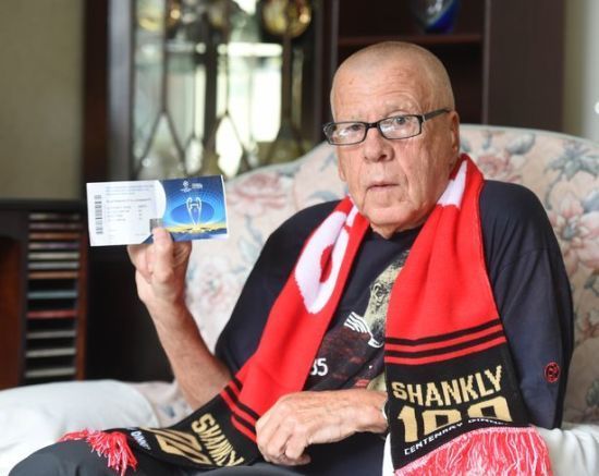 """75-річний фанат """"Ліверпуля"""" розплакався, коли дізнався, що не потрапить на фінал Ліги чемпіонів у Києві"""