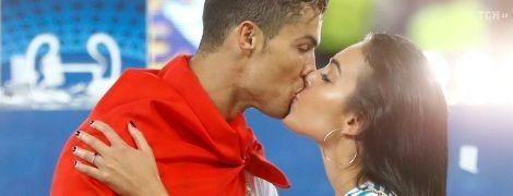 Подруга Роналду поздравила возлюбленного с победой в Лиге чемпионов сладким поцелуем